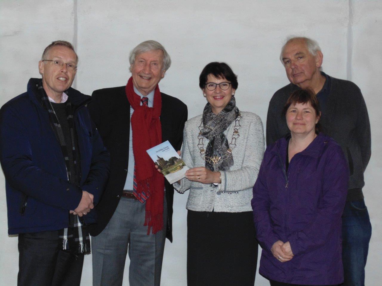 Burgemeester Loes van Ruijven samen met Hans Tevel en bestuursleden Jan Trap, Bas Lubberhuizen en secretaris Gerda Verhagen