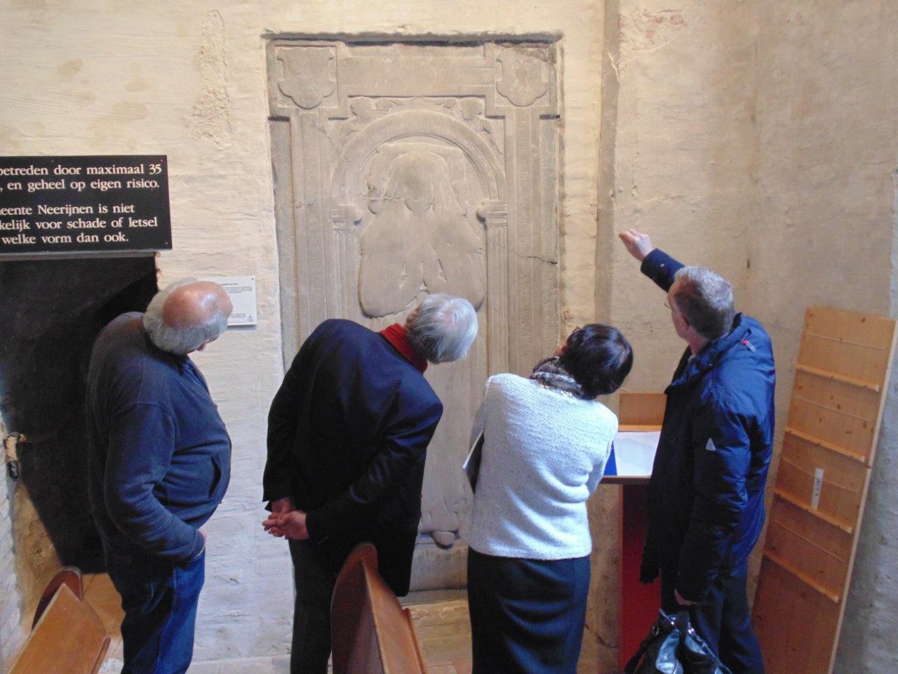 Hans Tevel geeft een toelichting op de grafsteen in de toren