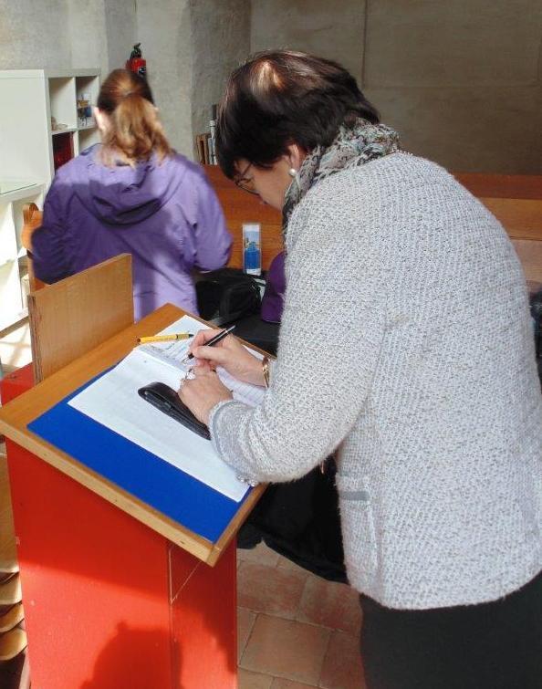 De burgemeester tekent het gastenboek